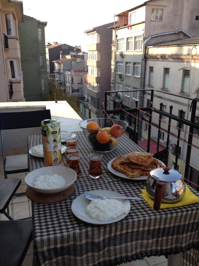 Летом гостей можно пригласить на чай на балкон