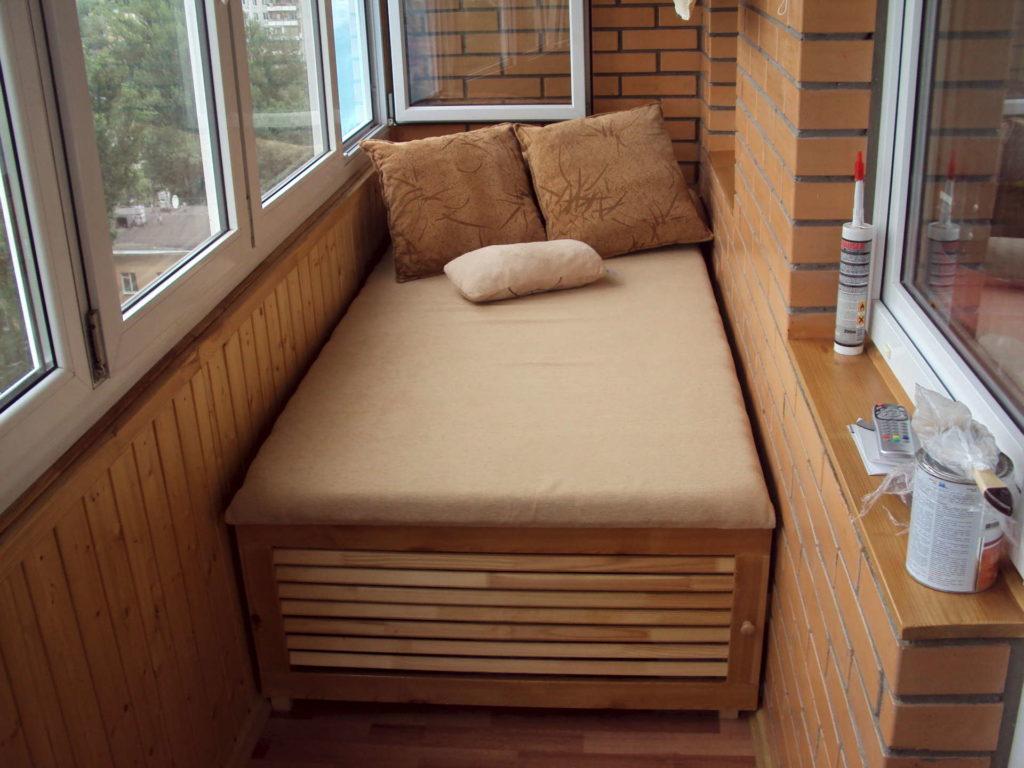 Зона для дневного отдыха о чтения на балконе