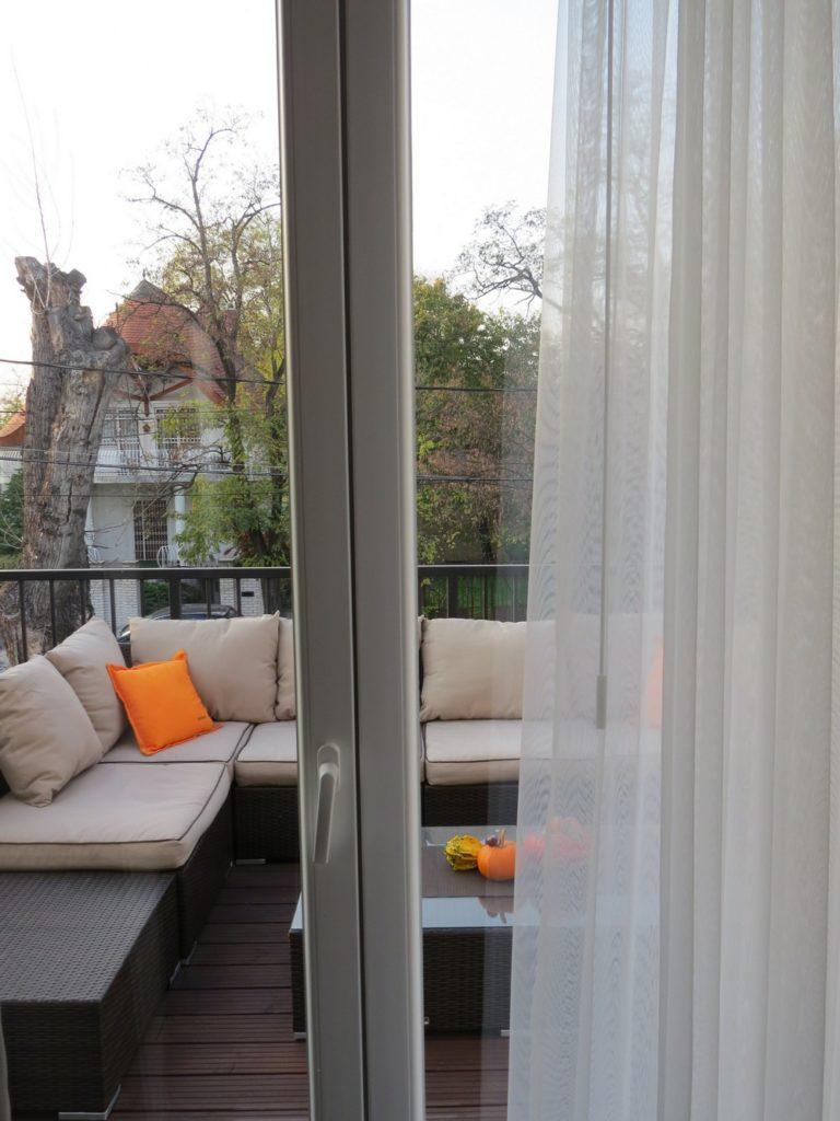 Угловой диван на балконе
