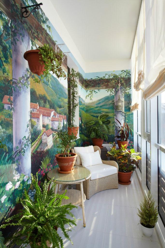 Оформление балкона цветами и необычной росписью