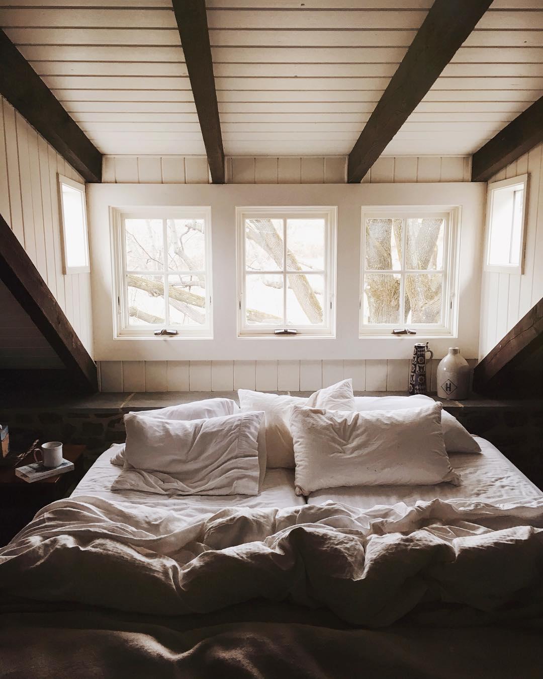 Спальня в мансарде с окном