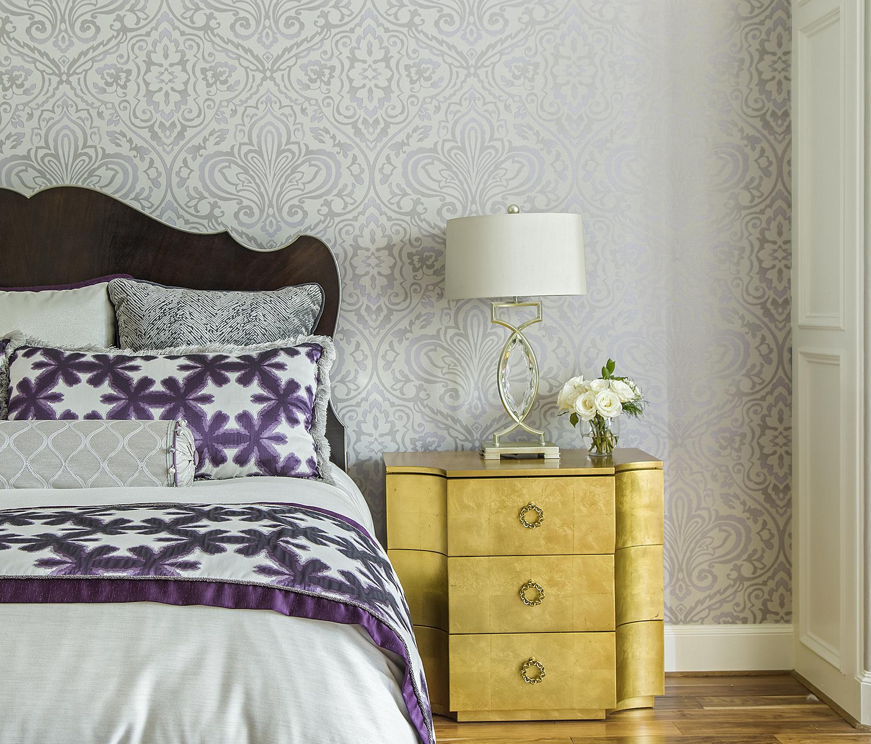 Комбинирование обоев пастельного оттенка в спальне