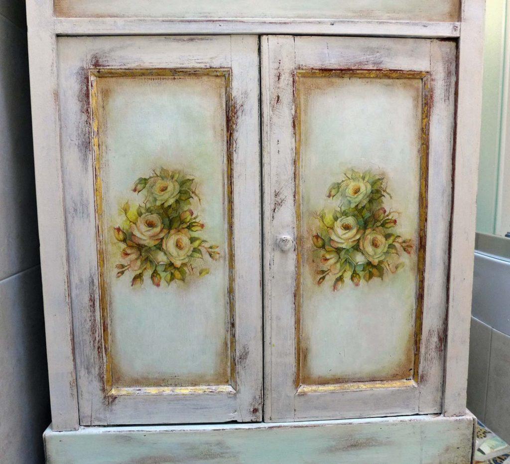 Обновление шкафа с помощью светлой краски и декупажа