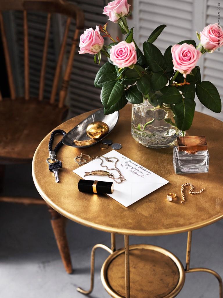 Переделка столика для прихожей с помощью золотистой краски