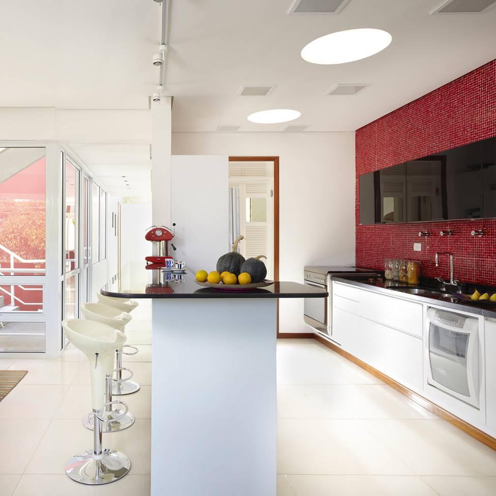 Светлая барная стойка в просторной кухне