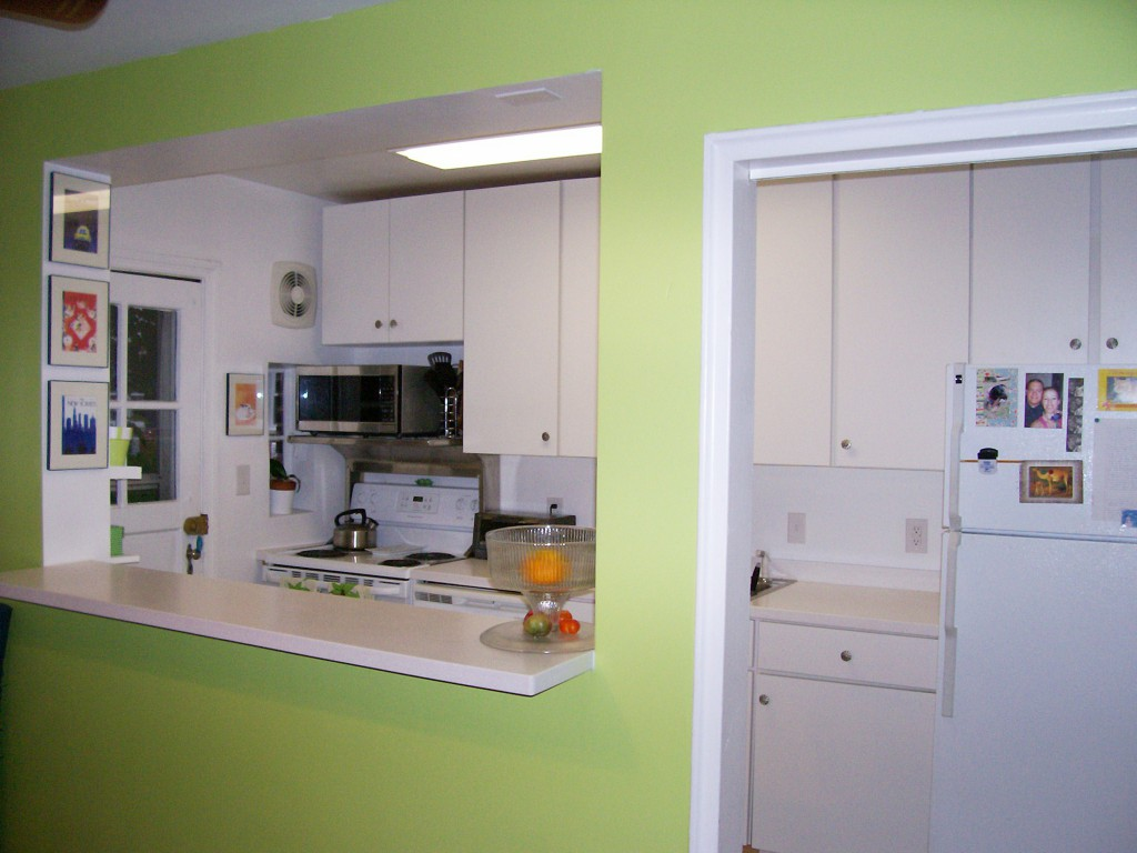 Барная стойка с перегородкой соединяет кухню и гостиную