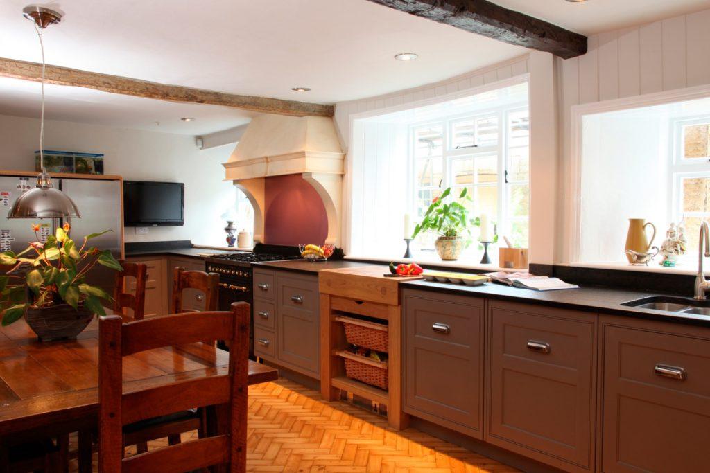 Мойка под окном на большой кухне позволяет любоваться зеленью во время мытья посуды