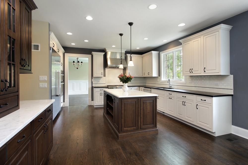 Темно коричневый ламинат на кухне