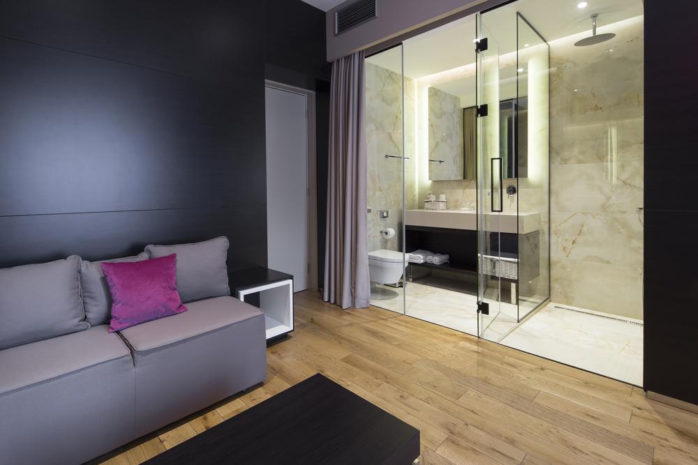 Сочетание коричневого пола и фиолетовых стен