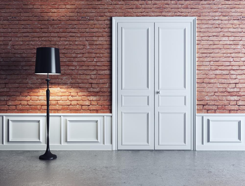Серый пол и белые двери
