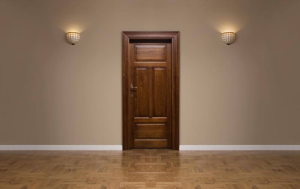 Коричневый ламинат и темные двери из массива
