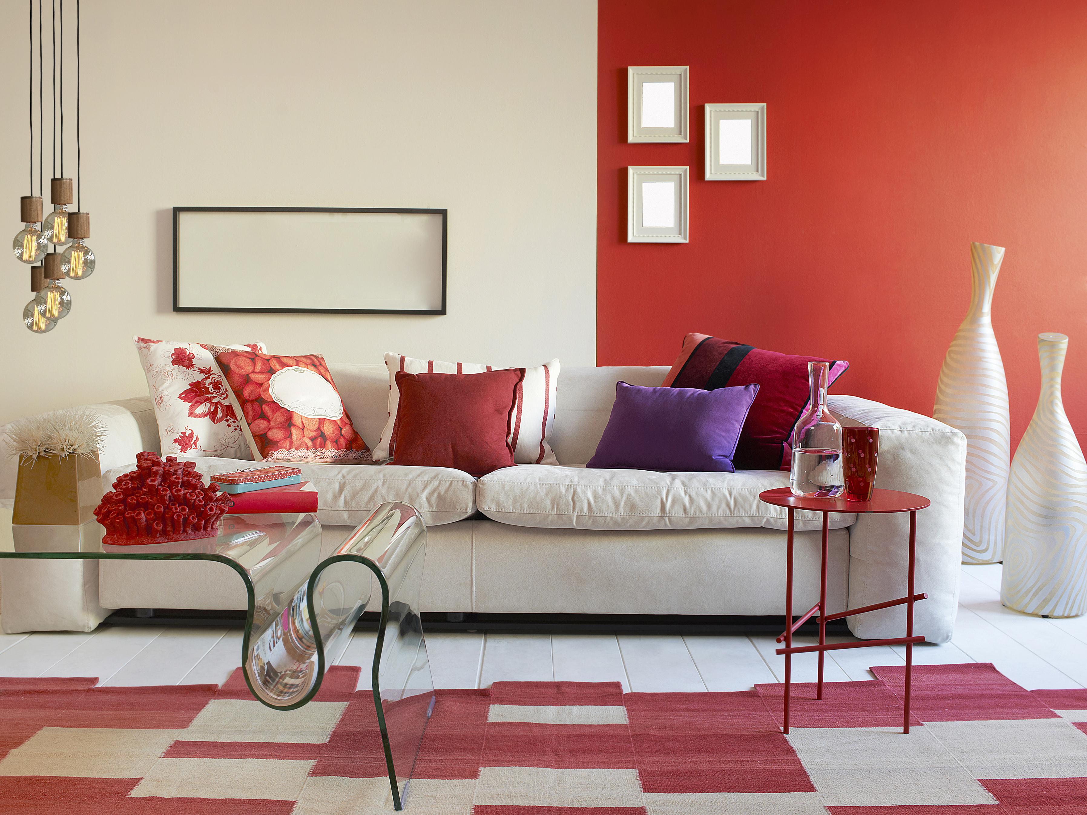 Красно-бежевый ковер на белом полу