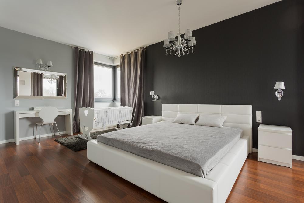 Коричневый ламинат в спальне