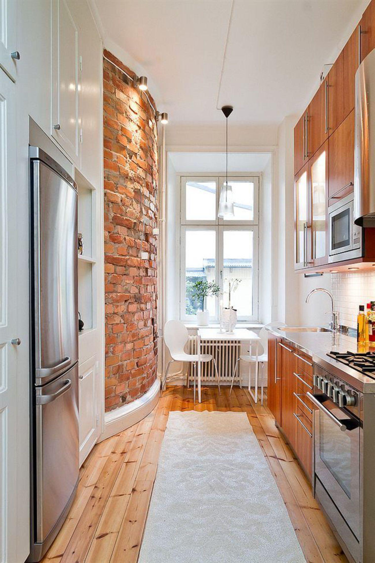 Полукруглая кирпичная стена на кухне