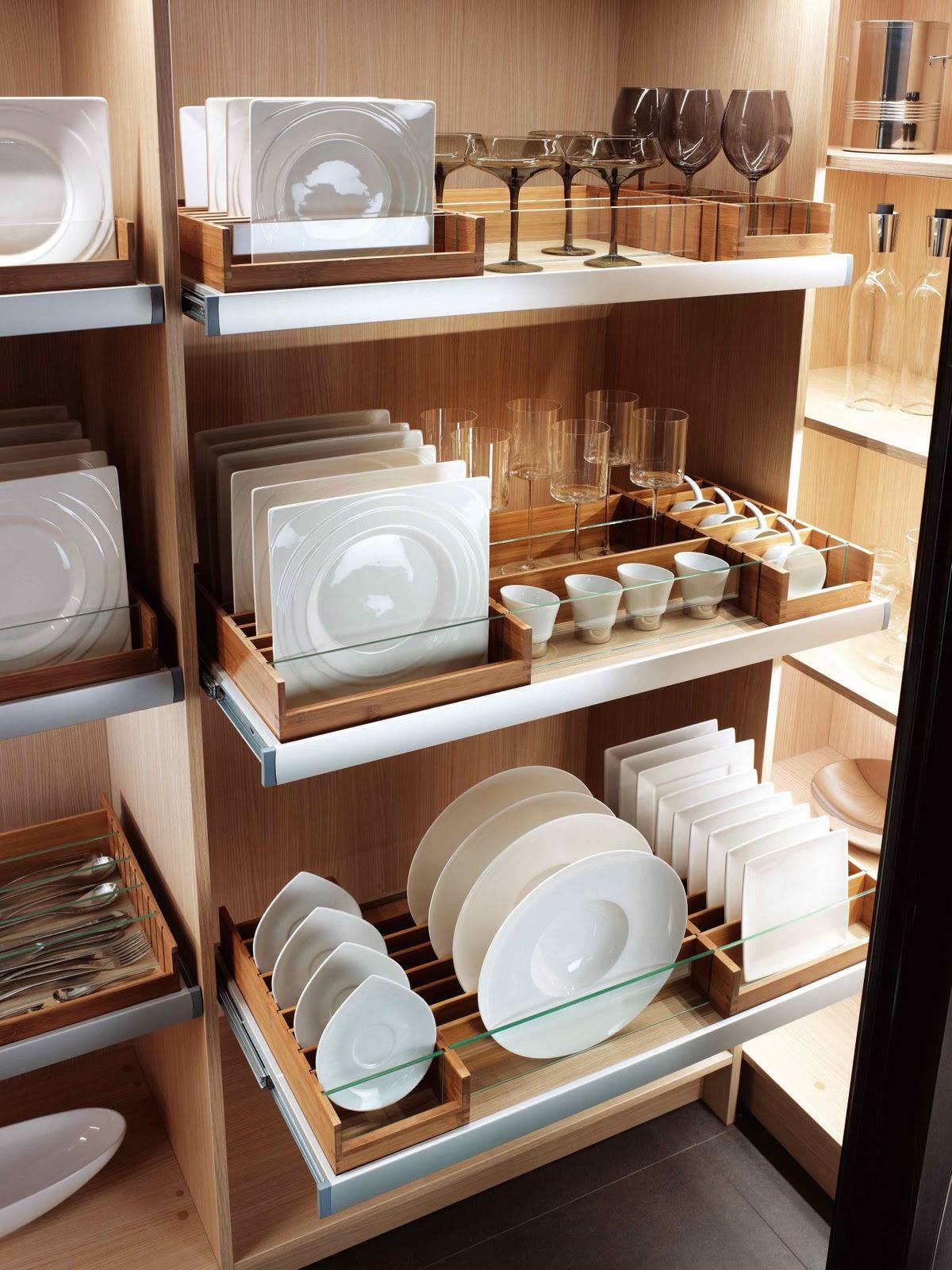 Компактное хранение посуды на кухне
