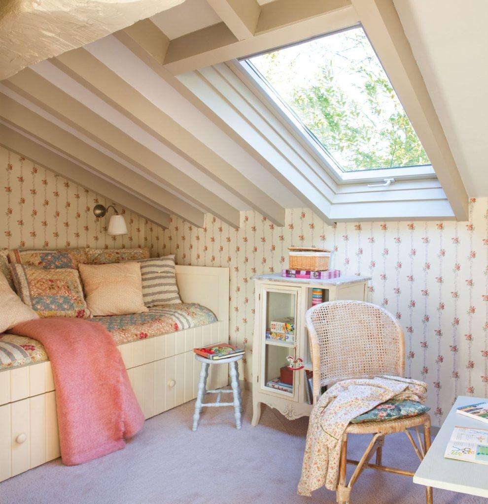 Спальня в мансарде в стиле прованс