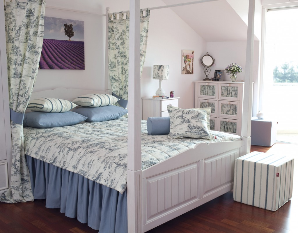 Бело-голубая спальня в мансарде в стиле прованс