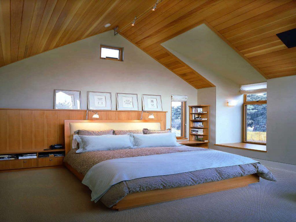 Коричнево-голубая спальня с деревянной отделкой в мансарде в стиле прованс