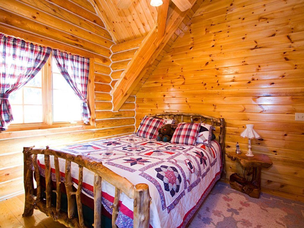 Небольшая спальня с деревянной отделкой в мансарде в стиле прованс