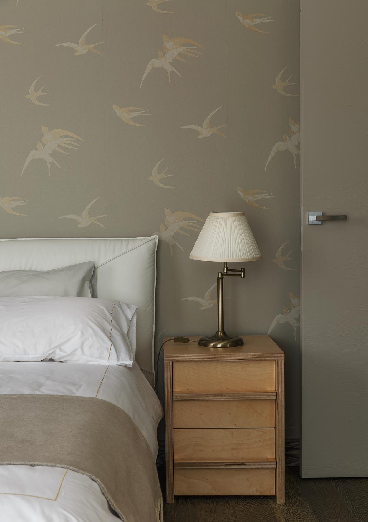 Комбинирование обоев с птицами в спальне