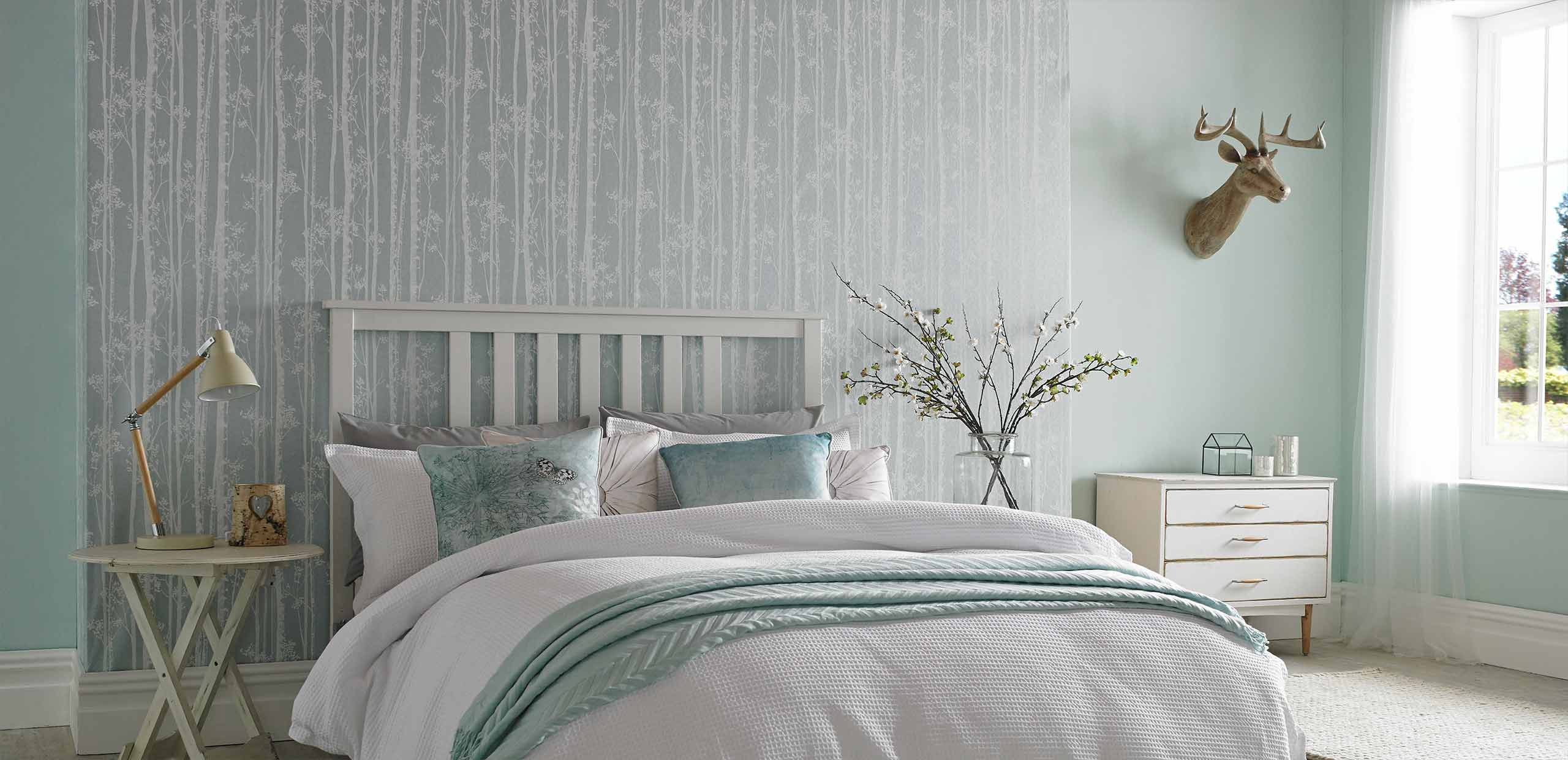 Комбинирование обоев с рисунком в спальне