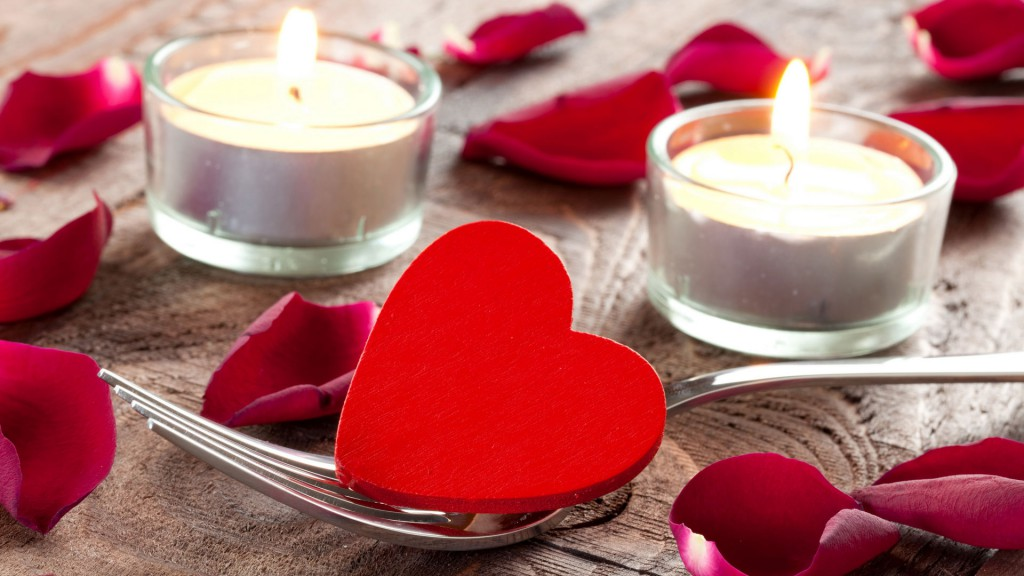 Украшение стола сердечками и свечами