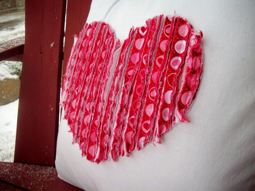 Подушка с изображением сердца будет поднимать настроение
