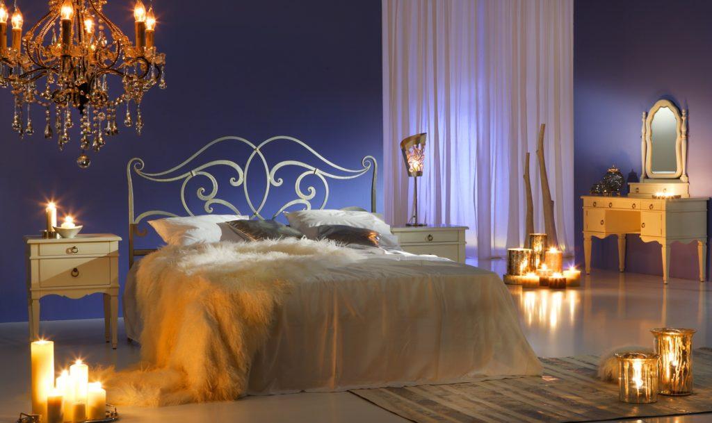 Свечи отлично украсят спальню