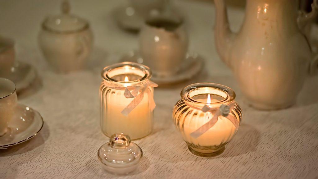 Пара свечей подойдет и к футбольному ужину