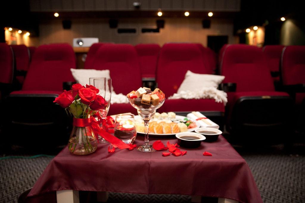 Романтический декор стола в кинотеатре - необычное решение