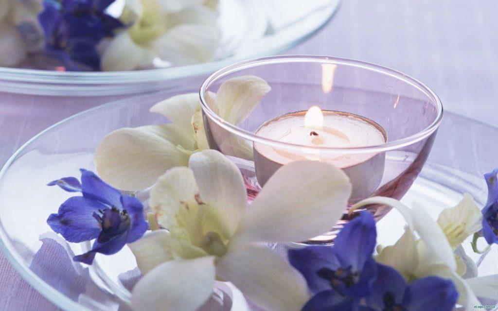 Свечи с цветами придают интерьеру романтическую ауру