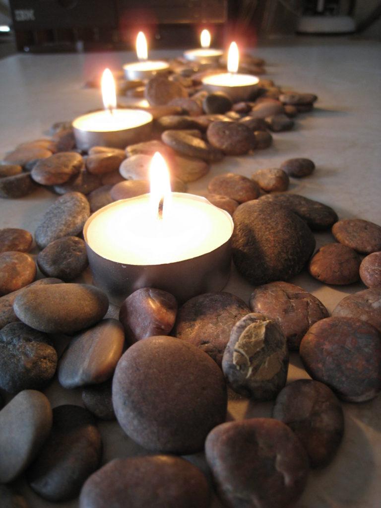 Украшение интерьера к романтическому вечеру с помощью гальки и свечей