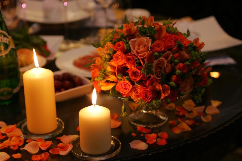 Романтический ужин с цветами и свечами