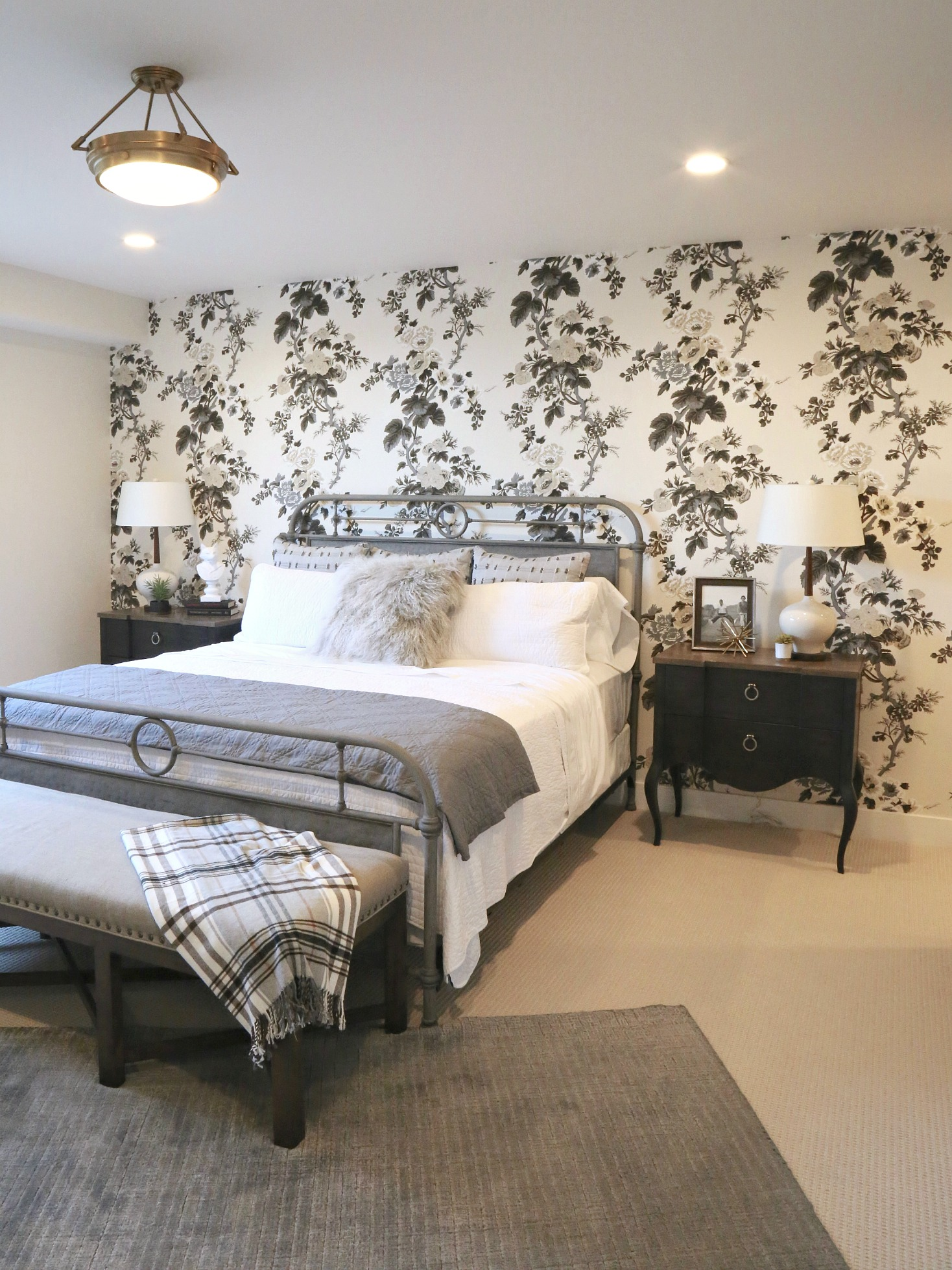 Комбинирование обоев с розами в спальне