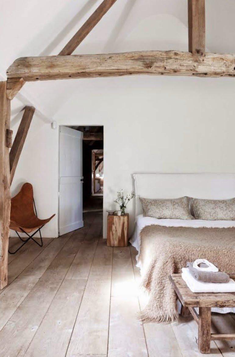 Спальня в мансарде в рустикальном стиле