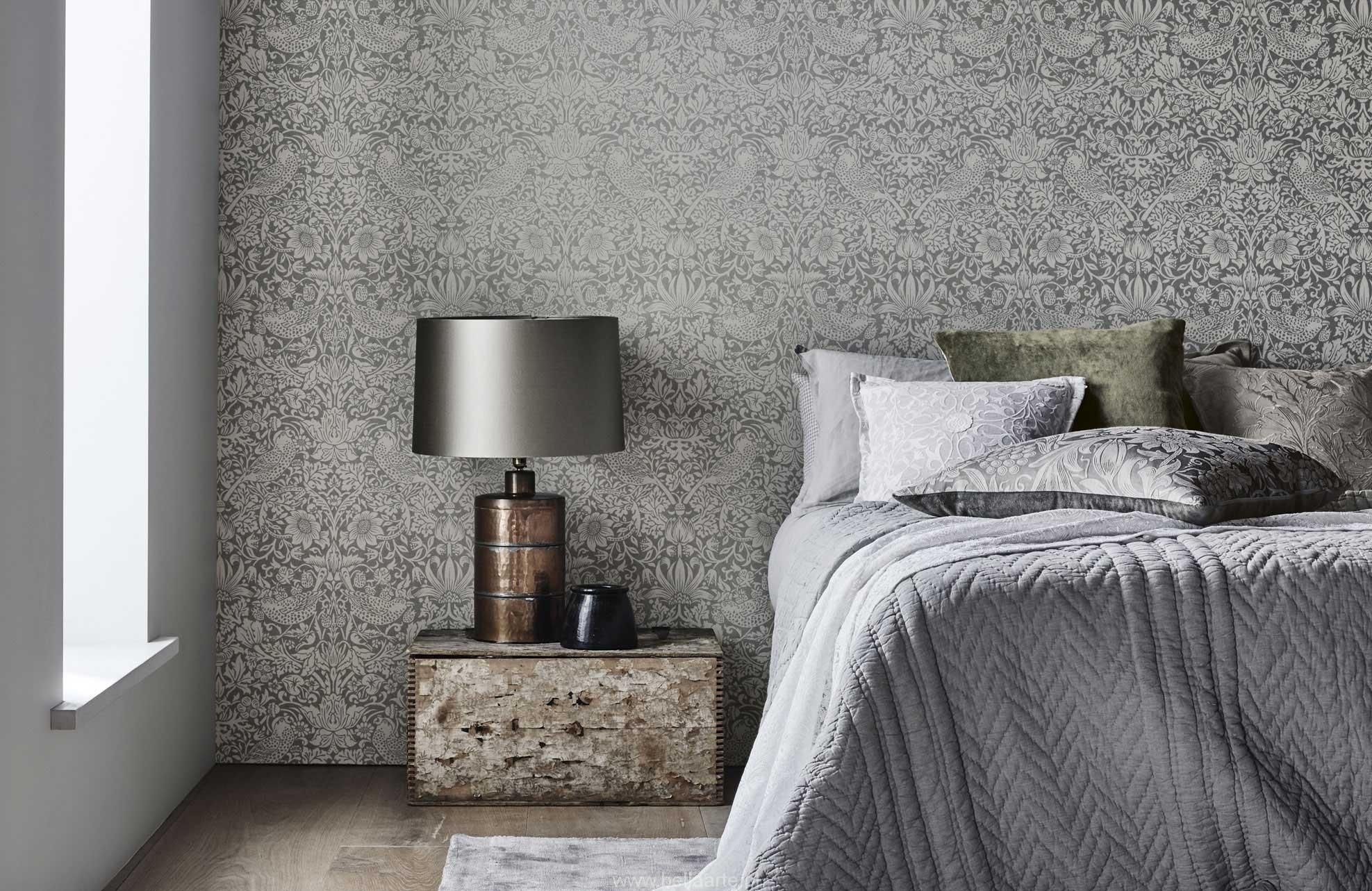 Комбинирование серых обоев в спальне