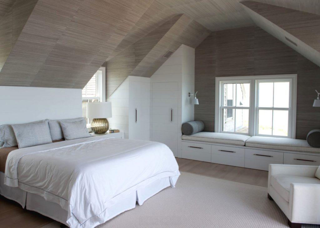 Мансардная спальня со светлой мебелью в стиле шебби шик