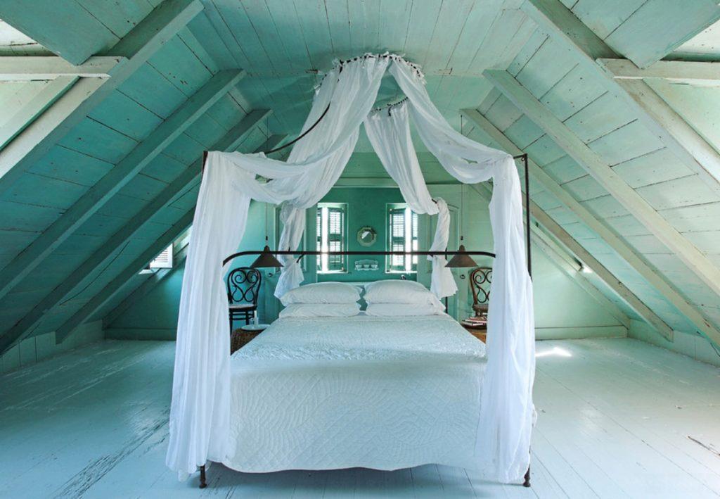 Мансардная спальня с белой кроватью и накидкой в стиле шебби шик