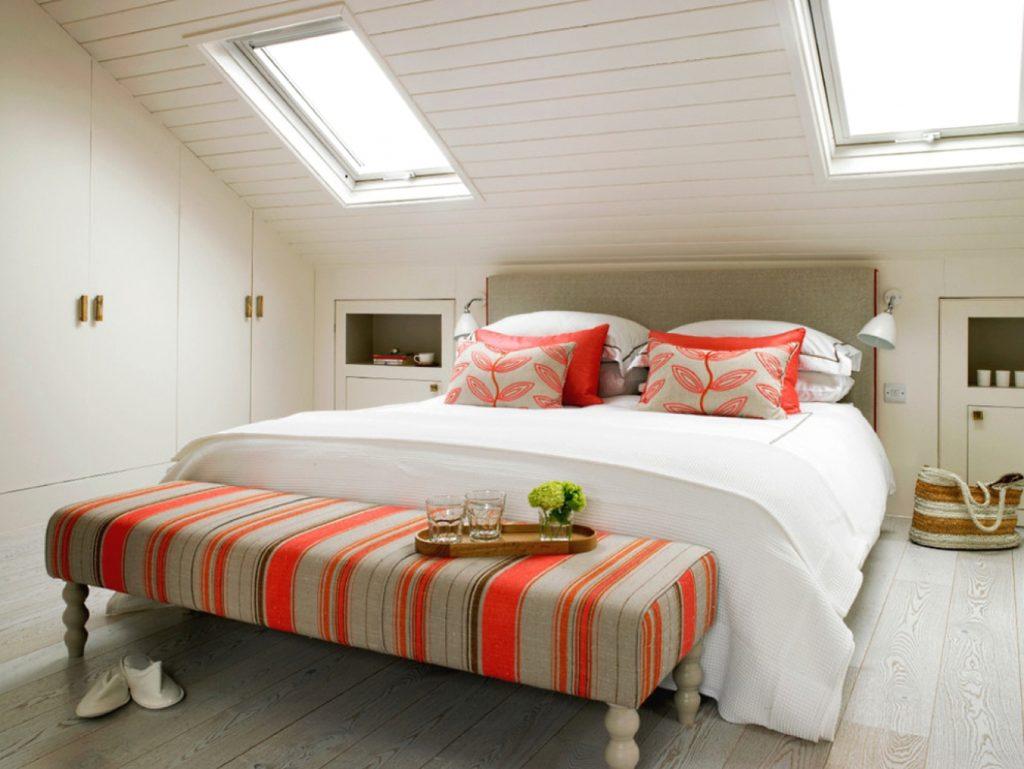 Спальня с яркими акцентами в мансарде в стиле шебби шик