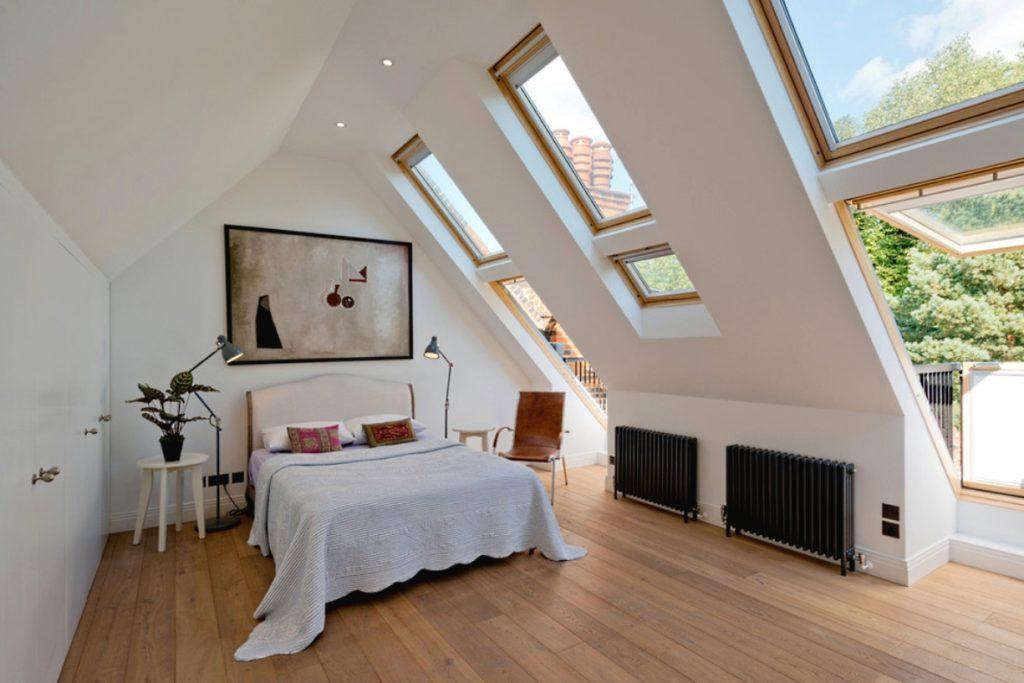 Мансардная спальня в просторной светлой мансарде в стиле шебби шик