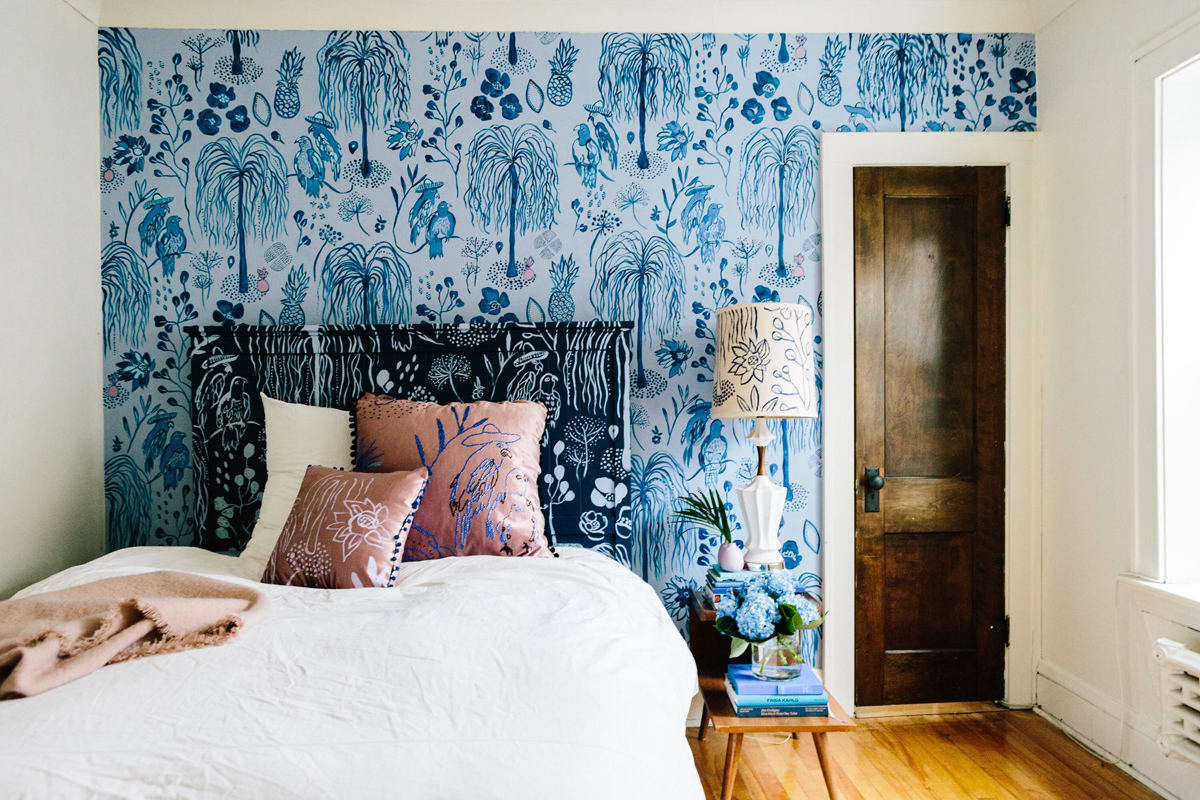 Комбинирование синих обоев в спальне