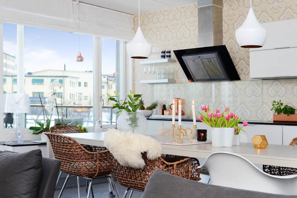 Обеденная зона и кухня в скандинавском стиле