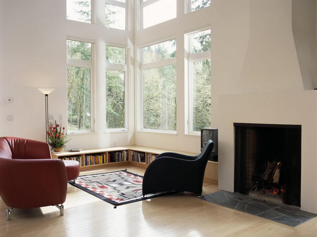 Угловое большое окно в гостиной в скандинавском стиле