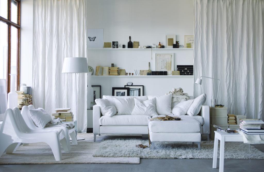 Гостиная с белой мебелью в скандинавском стиле