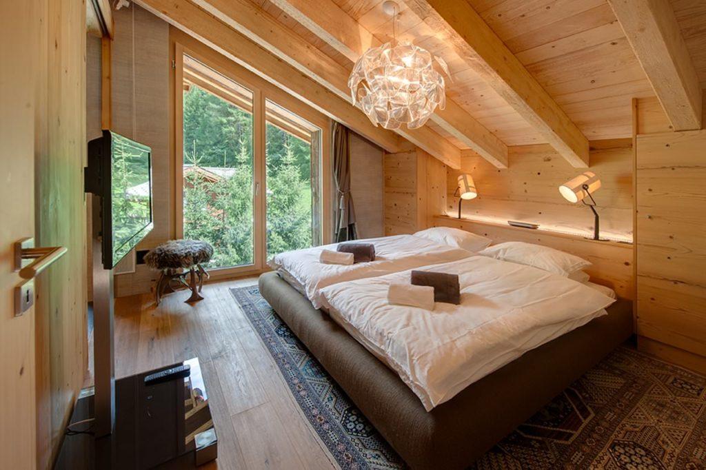 Мансардная спальня в коттедже