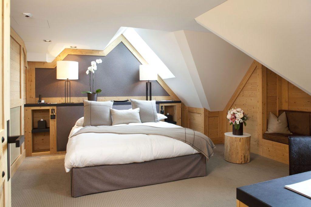 Спальня под крышей в сдержанном деревенском стиле