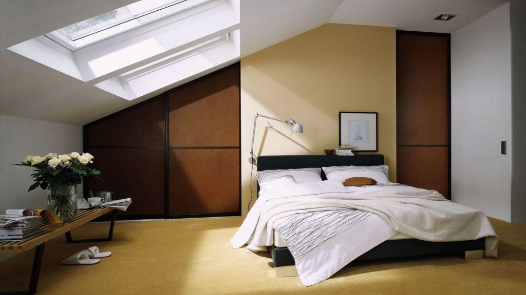 Минималистичная спальня в мансарде
