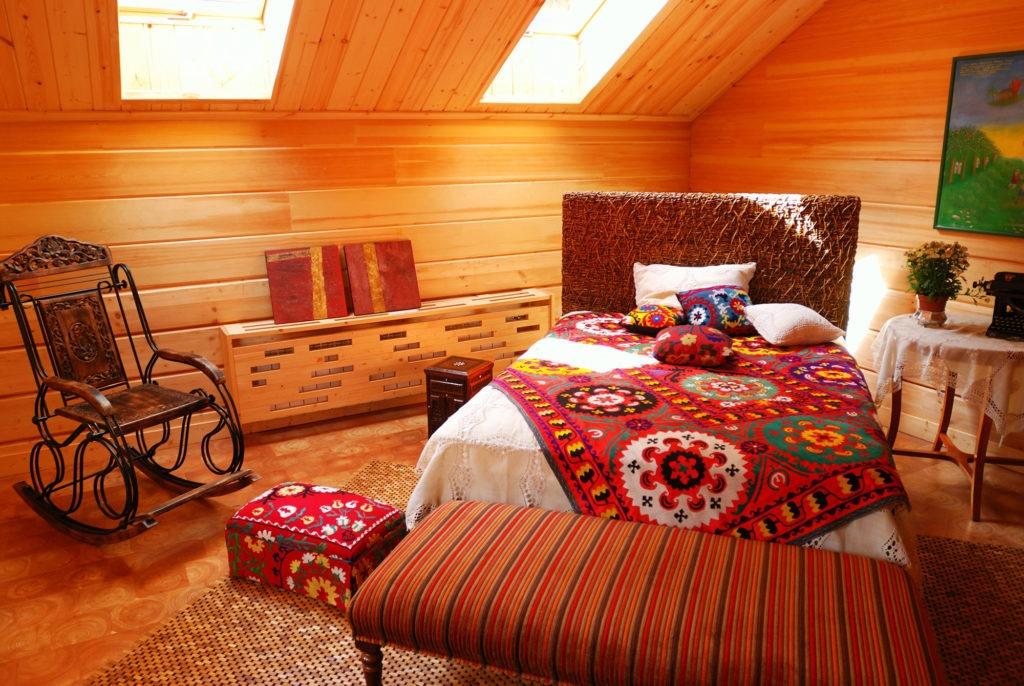 Уютная мансардная спальня в стиле бохо