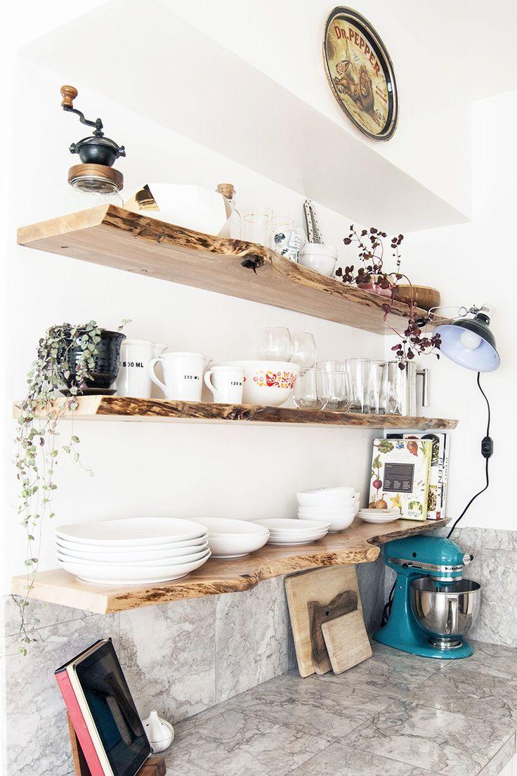 Кухня с полками из спила дерева