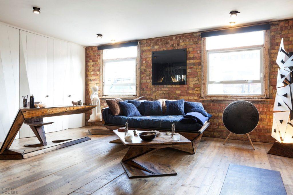 Гостиная с деревянной мебелью в стиле лофт